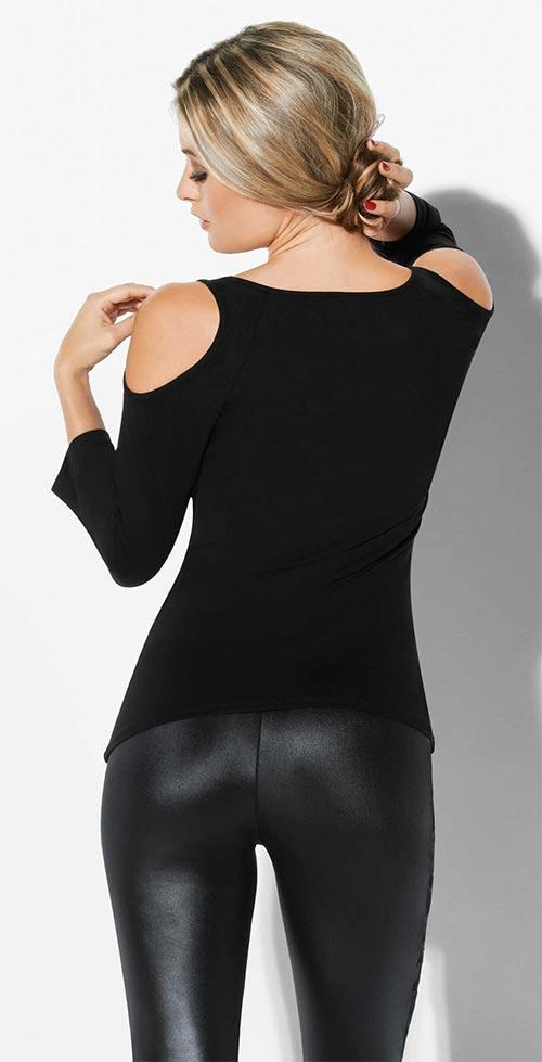 Černé tričko odhalující ramena