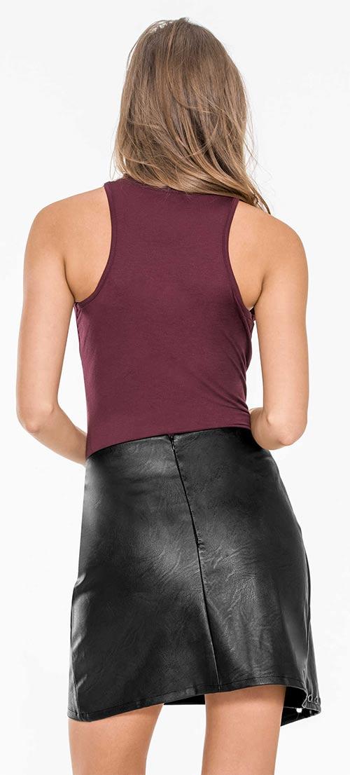 Topík se sportovními zády ke kožené sukni