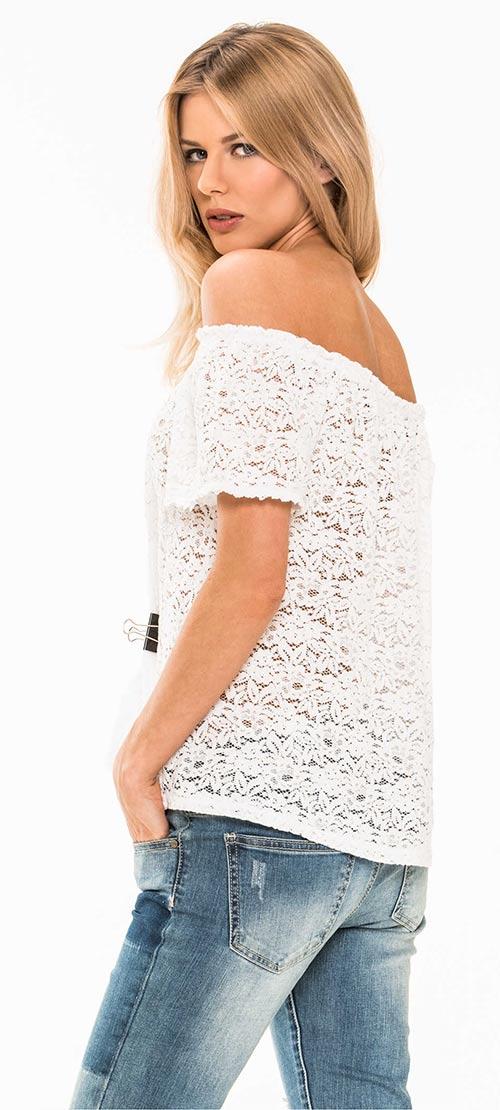 Krajková halenka odhalující ramena