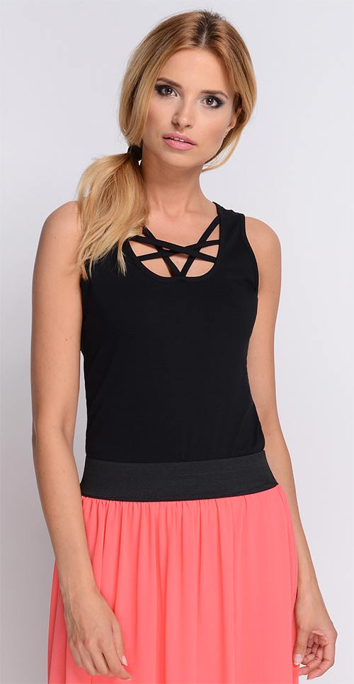 Černé dámské tričko k růžové sukni
