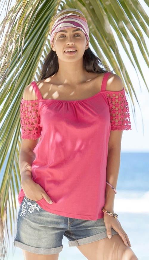 Růžové tričko k riflovým šortkám