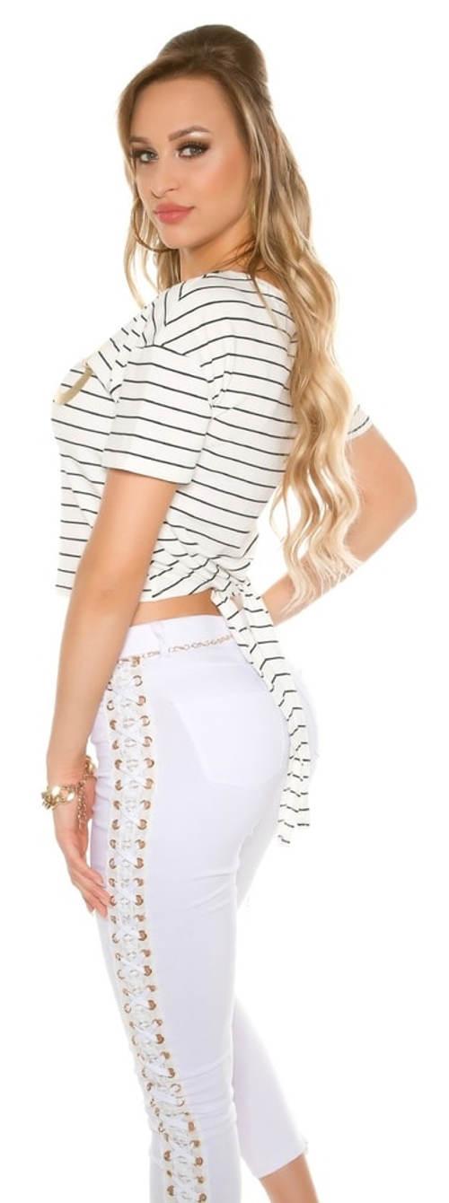 Pruhovaný top k bílým kalhotám