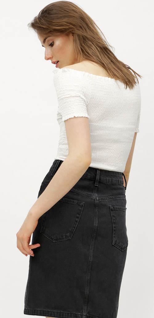 Bílá halenka k černé sukni