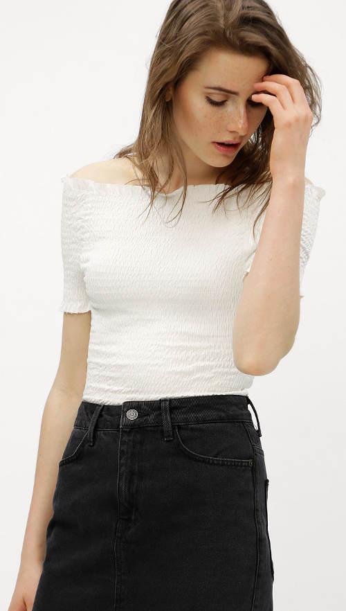 Bílý crop top s odhalenými rameny