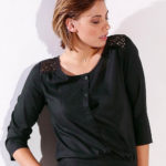 Černá halenka s knoflíkovou légou a krajkovými vsadkami