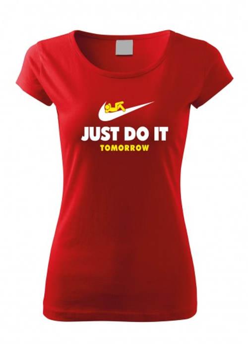 Červené tričko parodující Nike
