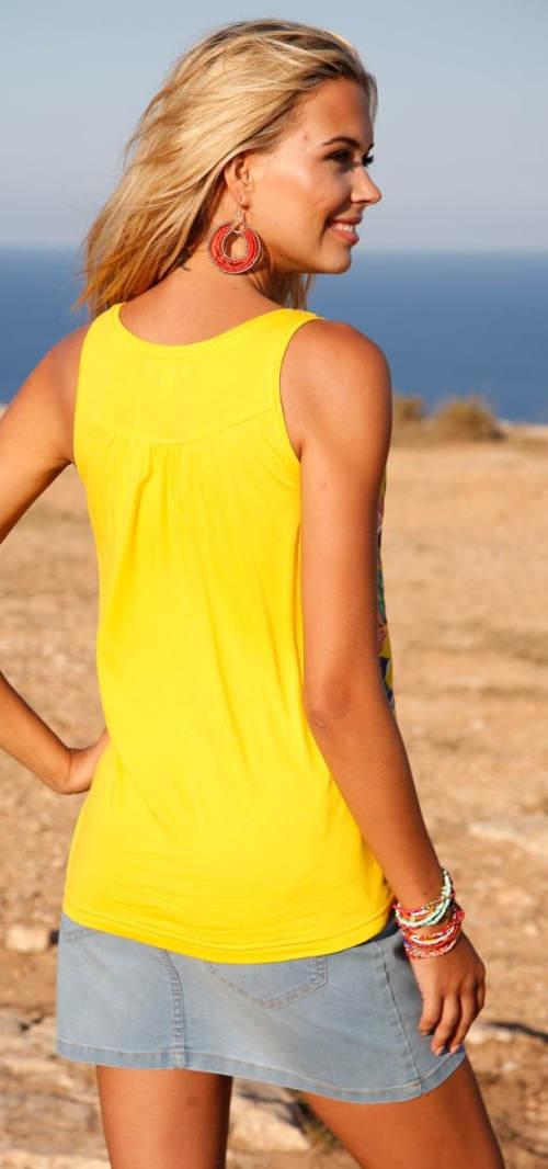 Žluté dámské tílko nadměrných velikostí