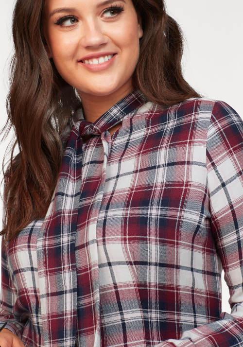 Karovaná košile s vázačkou pod krkem