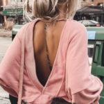 Růžový pulóvr s velkým výstřihem na zádech