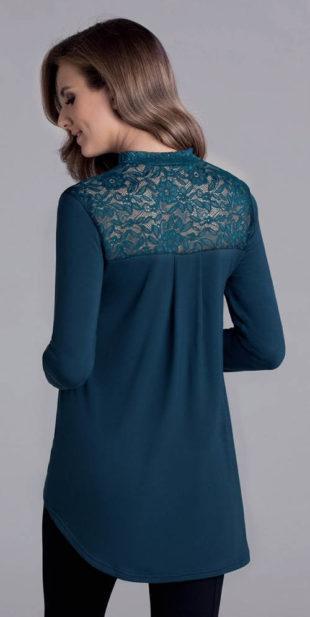 Prodloužená modrá halenka s průsvitnými krajkovými zády