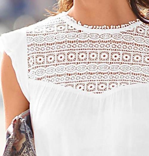 Bílá dámská halenka s krajkovým dekoltem