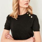 Černé úpletové tričko s cvočky na rameni