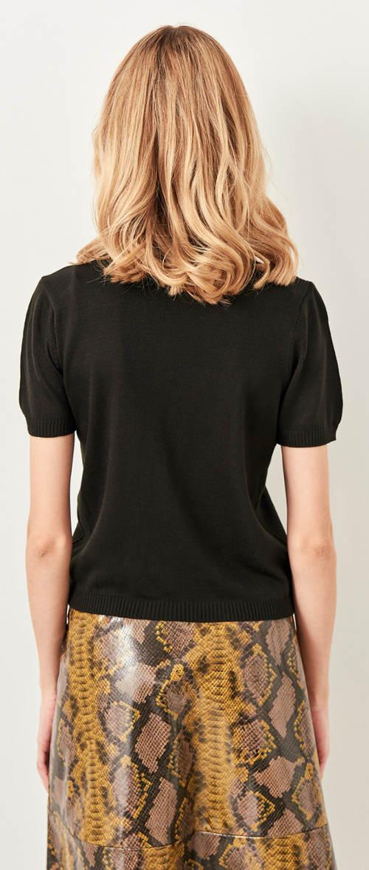 Jednoduchá černá halenka k sukni