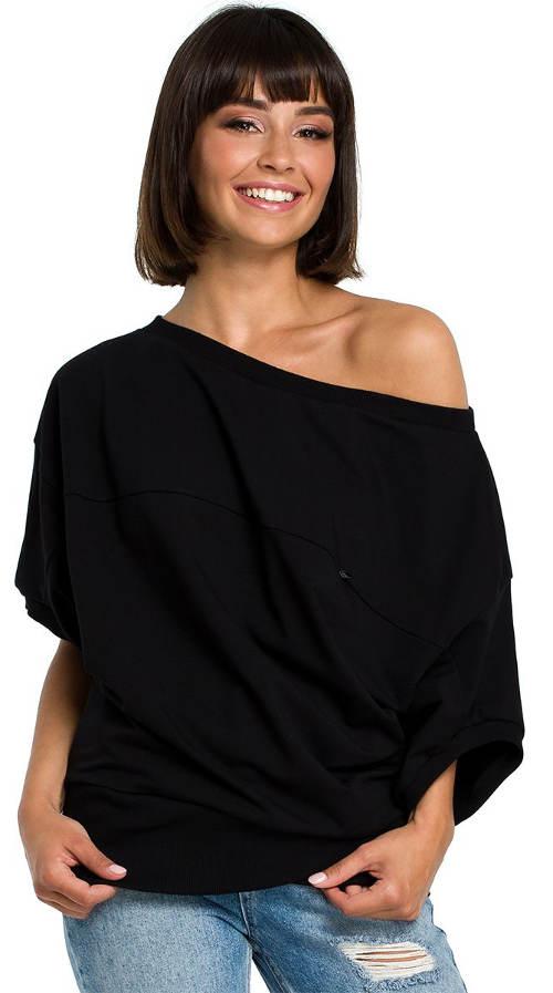 Volný černý top s jedním odhaleným ramenem