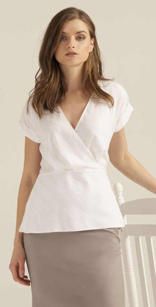 Bílá třpytivá halenka k béžové sukni