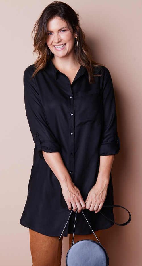 Černý elegantní košilový top s výšivkou na zádech