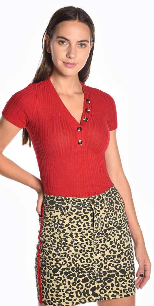 Červené žebrované dámské tričko s knoflíky ve výstřihu