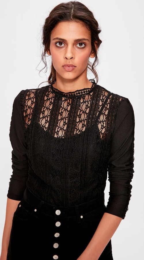 Krajková dámská halenka k černé sukni