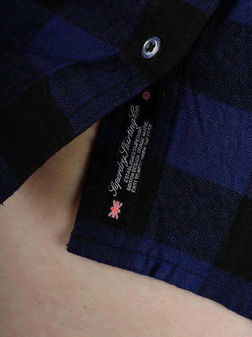 Krátká dámská kostkovaná košile nad pupík