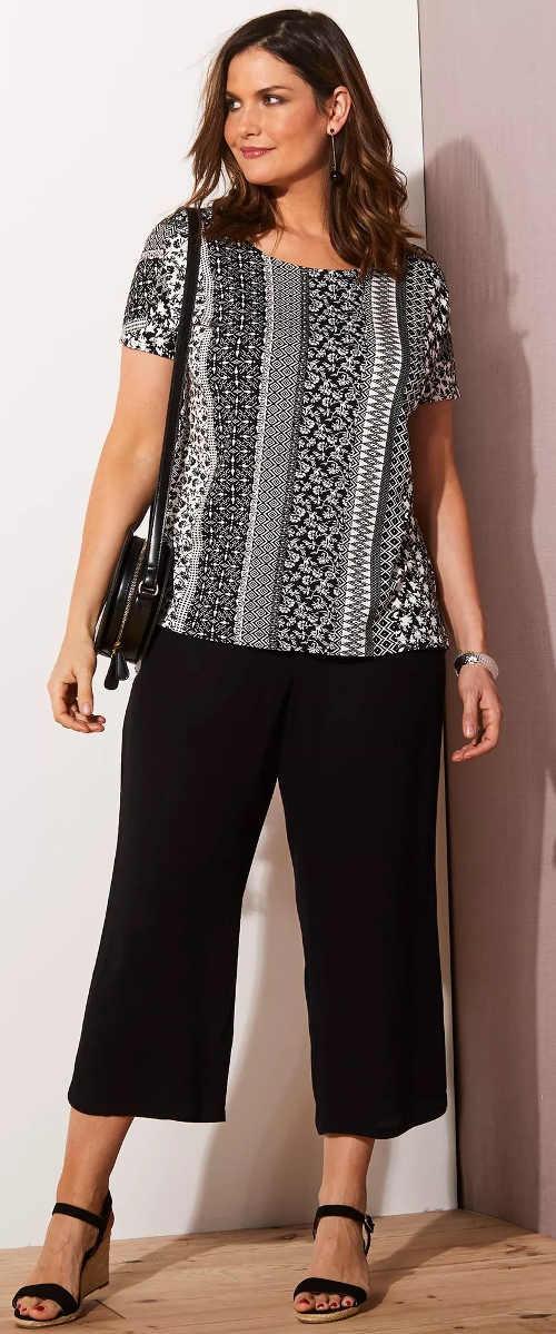 Černobílé dámské tričko ke krátkým kalhotám
