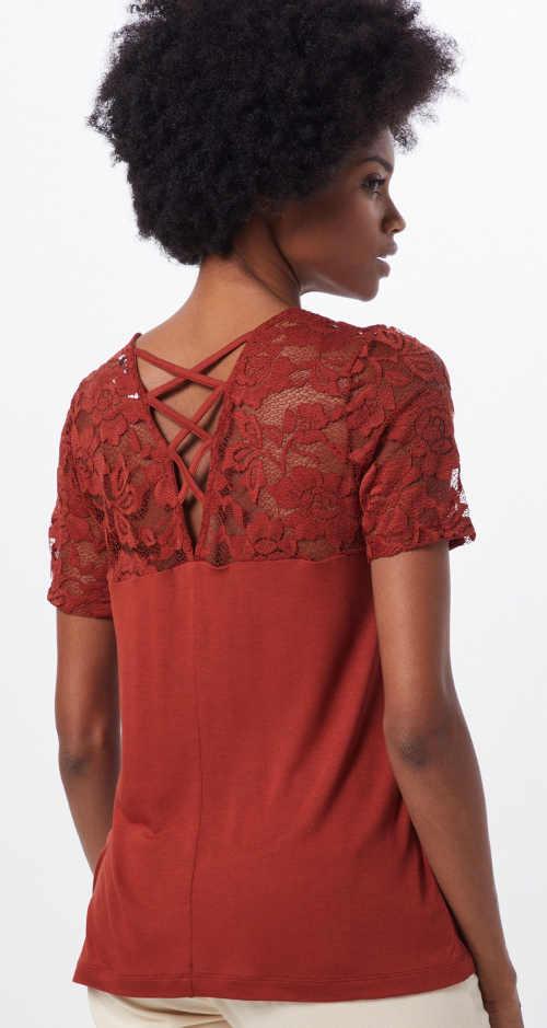 Šněrování na zádech krajkového dámského trička