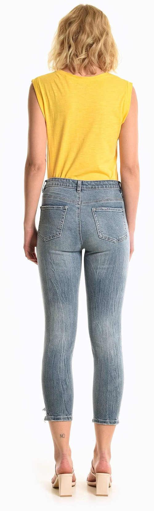 Žluté dámské tričko a krátké strečové džíny