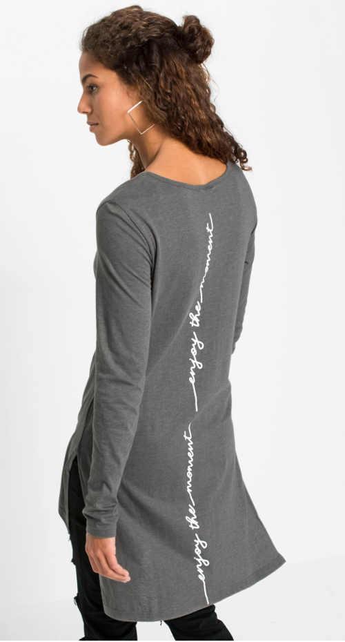šedé dlouhé triko s kulatým výstřihem