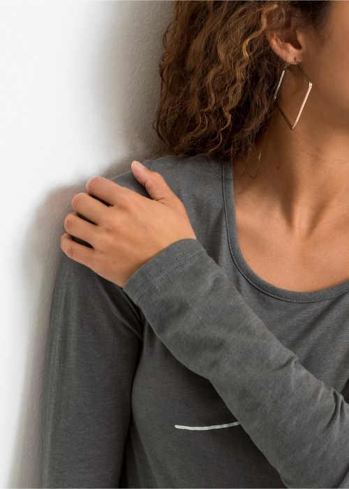 triko s dlouhým rukávem v prodloužené délce