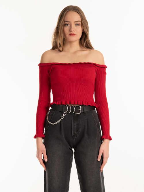 Moderní pletený top v krátké délce s odhalenými rameny