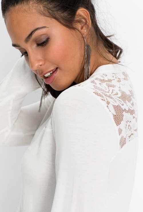 Bílá dámská halenka s romantickou krajkovou vsadkou