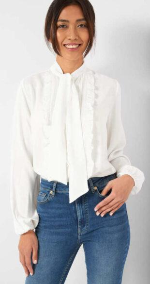Bílá halenka s nadýchanými rukávy a vázačkou pod krkem