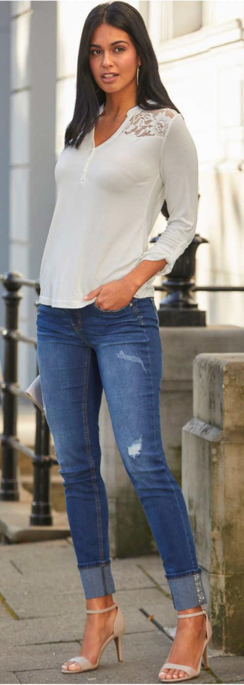 Bílé krajkové tričko k džínám