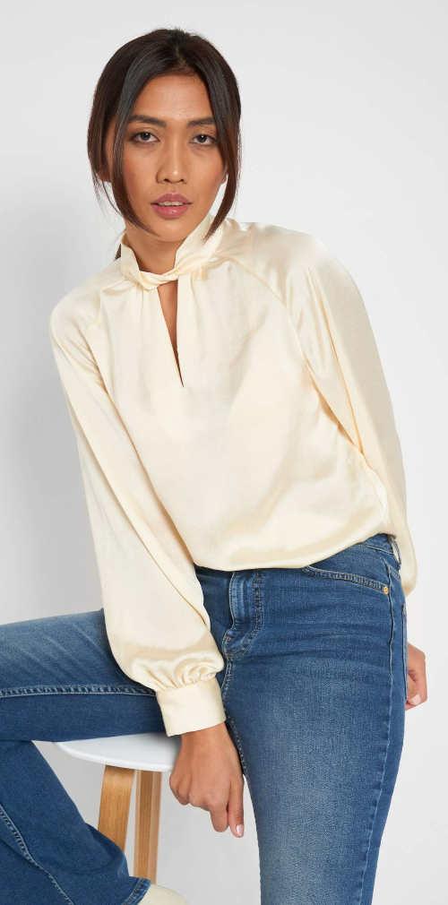 Elegantní béžová halenka s dlouhými rukávy a vázačku pod krkem
