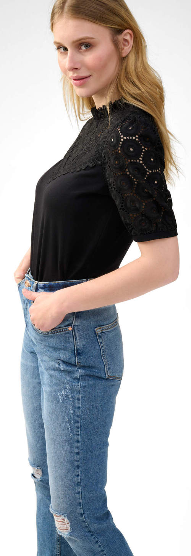 Černé krajkové tričko k džínám