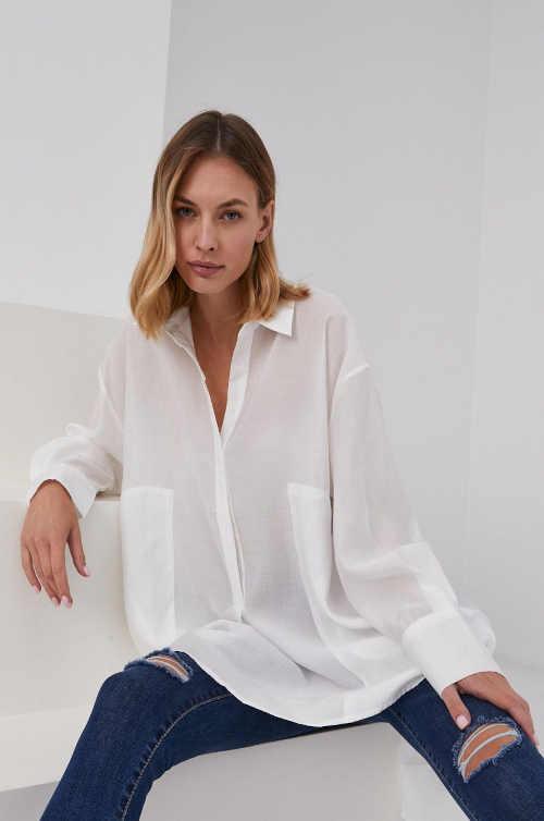 Bílá propínací košile volného střihu se sníženou linií ramen