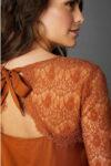 Módní dámská halenka zdobená krajkou a mašlí v zadní části